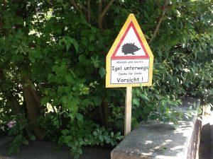 Privates Warnschild auf der Innenseite des Zaunes, evtl. mit Reflektorfolie. (Foto: Frauke Patzke)